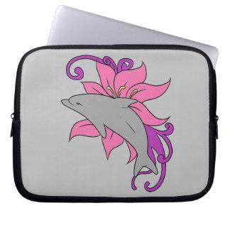 Capa Para Laptop Golfinho ao lado de um lírio