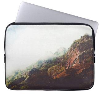 Capa Para Laptop Montanhas enevoadas, cena de relaxamento da