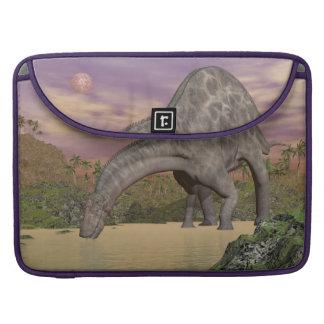 Capa Para MacBook Bebendo do dinossauro do Dicraeosaurus - 3D rendem