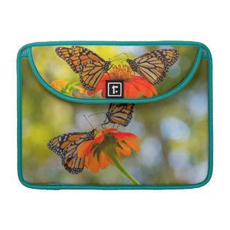 Capa Para MacBook Pro Borboletas de monarca em Wildflowers