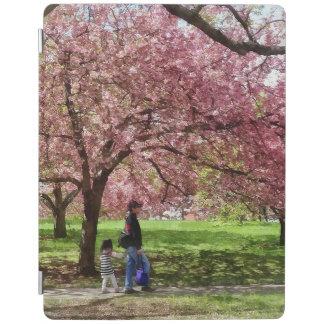 Capa Smart Para iPad Apreciando as árvores de cereja