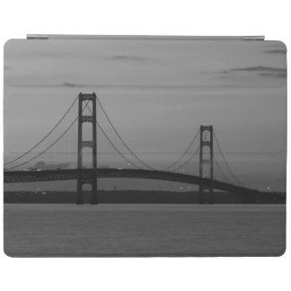 Capa Smart Para iPad Ponte de Mackinac no Grayscale do crepúsculo