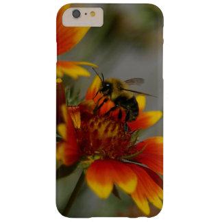 Capas iPhone 6 Plus Barely There Abelha que forrageia em uma flor