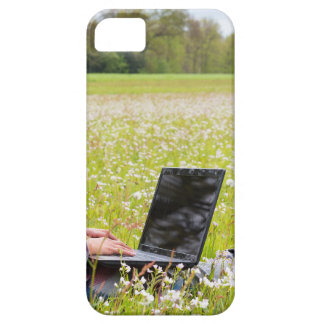 Capas Para iPhone 5 Mulher que senta-se com o laptop no prado do