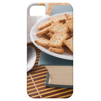 Capas Para iPhone 5 Placa branca com os biscoitos no livro velho