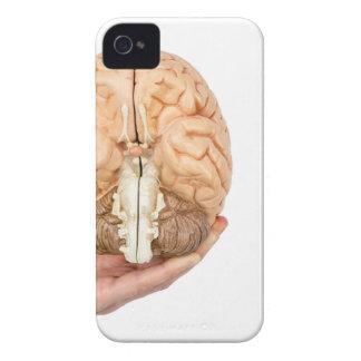 Capinhas iPhone 4 A mão guardara o cérebro humano modelo no fundo