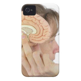 Capinhas iPhone 4 Mulher que mantem o modelo do hemisfério contra a