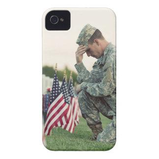 Capinhas iPhone 4 O soldado visita sepulturas no Memorial Day