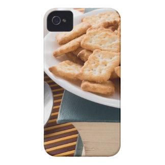 Capinhas iPhone 4 Placa branca com os biscoitos no livro velho