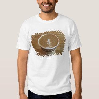Cappuccino com design da árvore na espuma t-shirts