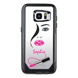 Cara à moda na moda e espelho cor-de-rosa do beijo