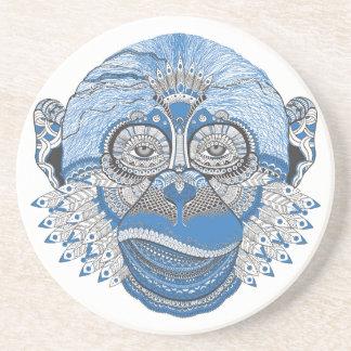 Cara azul do macaco com teste padrão e penas porta copos de arenito