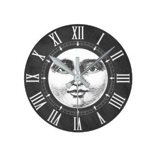 Cara de lua do vintage no branco do giz relógio redondo