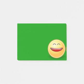 Cara de sorriso na nota de post-it verde sticky notes
