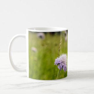 Cardo & grama, wildflowers em campos poloneses caneca de café