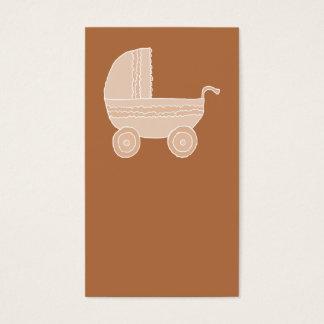 Carrinho de criança de bebê bege antiquado em cartão de visitas