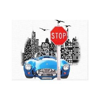 Carro azul e lona envolvida arquitectura da cidade impressão em tela