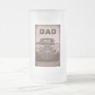 Carro clássico em uma caneca de cerveja para o pai