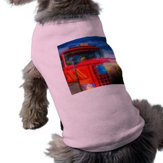 Carro de bombeiros traseiro do esboço camiseta