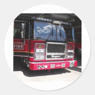 Carro de bombeiros vermelho na garagem adesivo