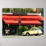 Carro de Citroën do vintage fora de uma Paris Café