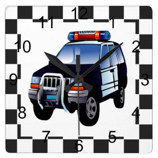 Carro de polícia dos desenhos animados em um fundo relógios de paredes