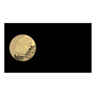 Carro engraçado dos desenhos animados do ouro no cartão de visita