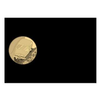 Carro engraçado dos desenhos animados do ouro no cartão de visita grande