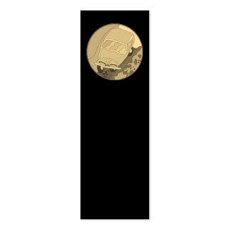Carro engraçado dos desenhos animados do ouro no cartão de visita skinny