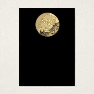 Carro engraçado dos desenhos animados do ouro no cartão de visitas
