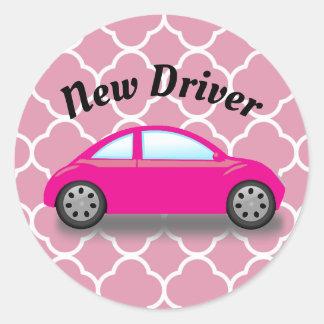 Carro novo do rosa do motorista na etiqueta