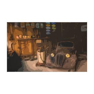 Carro quebrado oxidado em canvas velhas da garagem
