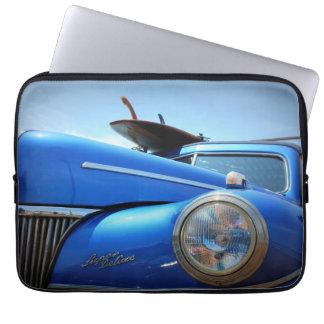 Carro retro azul do cruzador bolsas e capas para computadores