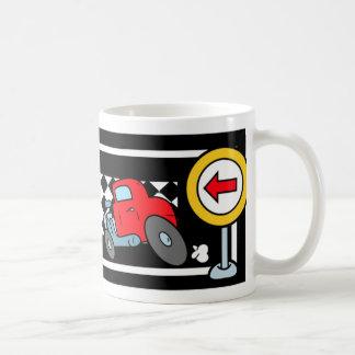 Carros dos desenhos animados em um autódromo canecas