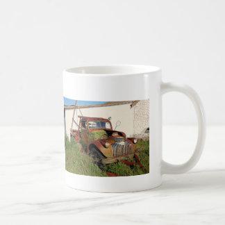 Carros e caneca de café abandonados dos caminhões