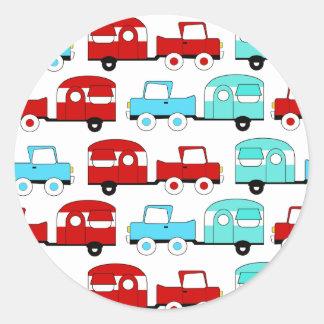 Carros vintage de acampamento retros do vermelho adesivo redondo