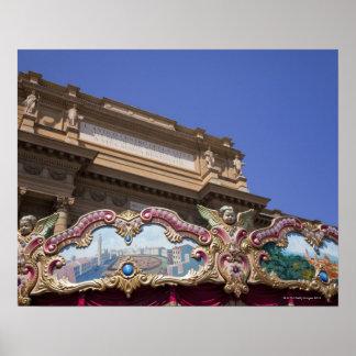 carrossel decorativo pintado com imagens de pôster