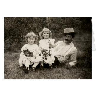 Cartão 1905 um pai e suas filhas