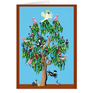 Cartão 2 rosellas carmesins, e um cockatoo acima de um