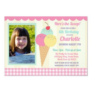 Cartão A festa de aniversário convida a sala de estar do