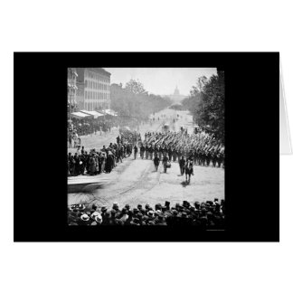 Cartão A infantaria desfila na avenida 1865 de