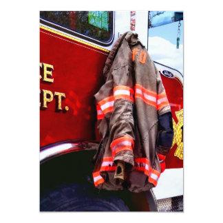 Cartão A jaqueta do bombeiro no carro de bombeiros