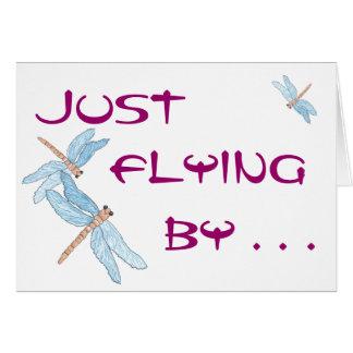 Cartão A libélula azul voa perto