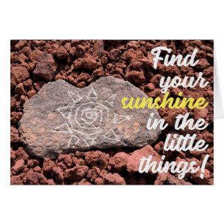 Cartão A mão gravou o Petroglyph de Sun na rocha da lava