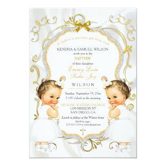 Cartão A menina junta a cruz do branco do ouro do batismo