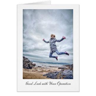 Cartão A menina que salta para a alegria - boa sorte com
