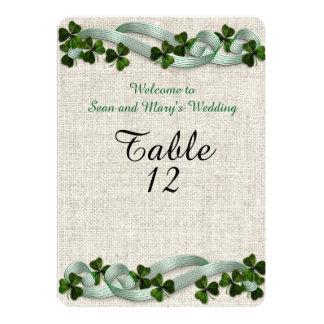 Cartão A mesa irlandesa do casamento carda o linho