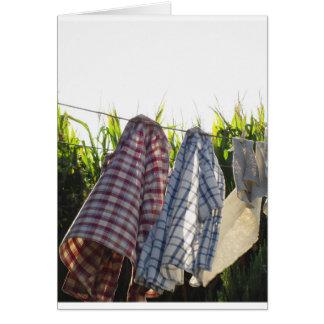 Cartão A roupa está pendurando no clothesline