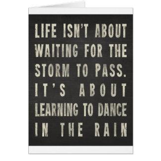 Cartão A vida está aprendendo dançar na chuva