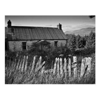 Cartão abandonado velho da casa de campo